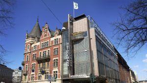 Stockmanns varuhus, den gamla tegeldelen och den nyare tillbyggnaden, sett från Svenska teaterns håll.