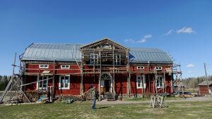 Jari Vesanen har flyttat ett stockhus på över 300 kvadratmeter från Kauhava till Sibbo.