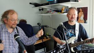 Solisten Roger Ek och gitarristen Rolf Gustafsson värmer upp med Proud Mary.