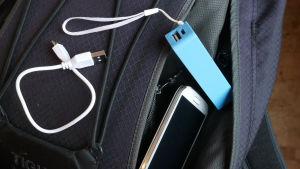 Bild på en laddare och en telefon inför packning.