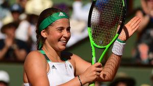 Jelena Ostapenko firar semifinalsegern i Paris.