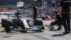 Lewis Hamilton kommer in i depån.