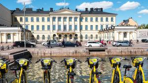Kaupunkipyöriä presidentin linnan edessä