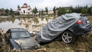 Kraftiga skyfall i Makedonien dödar 15 personer.