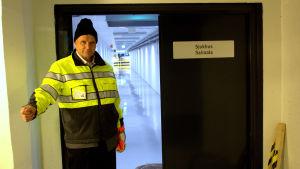 Håkan Knip visar upp källarvåningen på centralsjukhuset.
