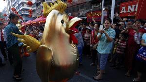 En guldfärgad tupp i Burmas största stad Rangoon.