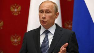 Vladimir Putin uppmanade de ukrainska separatisterna att uppskjuta folkomröstningen om autonomi.