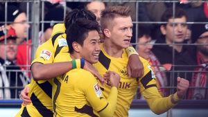 Shinji Kagawa och Marco Reus firar Dortmunds mål.