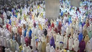 Muslimska kvinnor i Indonesien ber i en moské under kvällsbönen Tarawih inför den heliga fastemånaden Ramadan