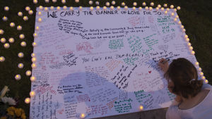 En minnestavla för Jo Cox på Parliament Square i London