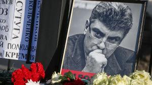 Ett porträtt av Boris Nemtsov på mordplatsen på årsdagen av hans mord 27.2.2015