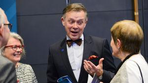 leif jakobsson i minglet under pausen i musikhuset under svesska kulturfondens storsatsning spegling - 100 år av finlandssvensk musik gick av stapeln 11.3.2017