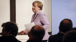 Tysklands förbundskansler Angela Merkel anländer till presskonferensen på EU-toppmötet.