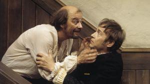 Paavo Pentikäinen ja Matti Oravisto televisioteatterin näytelmässä Tartuffe vuonna 1976.