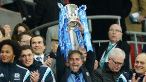 Jose Mourinho lyfter bucklan i den engelska ligacupen.