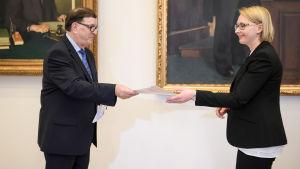 Paavo Väyrynen överräckte sitt medborgarinitiativ om en folkomröstning om euron till talman Maria Lohela den 10 mars 2016.