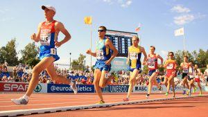 Mikael Ekvall (i gult) löper på bana.
