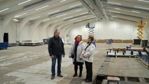 Jan-Anders Hagnäs, Kristina Stenman och Tove Jansson inpekterar nya allaktivitetshallen.