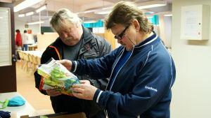 Sten Holmbäck och Tommy Forsell hjälper till med matutdelning i Karleby.