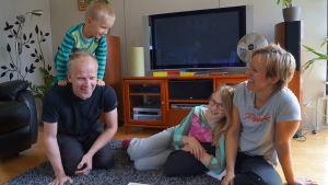 Familjen Holmström-Fors firar midsommar i stan.