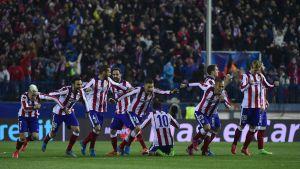Atletico Madrids spelare jublar efter straffsegern över Bayer Leverkusen.