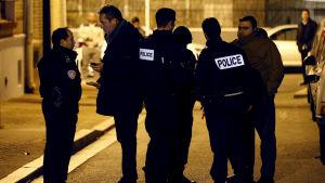 Poliser står och vaktar efter att ett bombbälte hittades i Montrouge nära Paris.