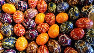 En massa färggrant målade påskägg