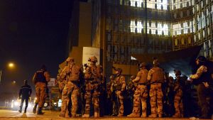 Franska soldater utanför hotell Splendid i Ouagadougou under AQIM-attack