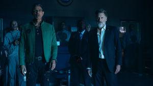 David Levinson (Jeff Goldblum) och president Whitmore (Bill Pullman) står och ser förvånade ut.