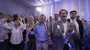 Anhängare till HDZ firar i Zagreb sent på söndag kväll