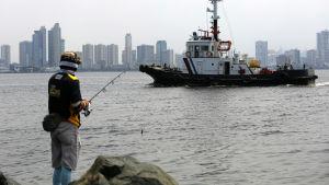 Den filippinska kustbevakningen bevakar också den livliga hamnen och farvatten utanför huvudstaden Manila