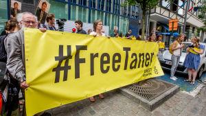 Demonstranter vill att Taner Kilic, ledaren för Amnesty i Turkiet, ska släppas fri.