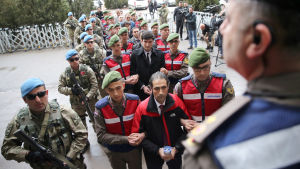 Två gripna turkiska soldater eskorteras av soldater till en domstol i Ankara 21.2.2017