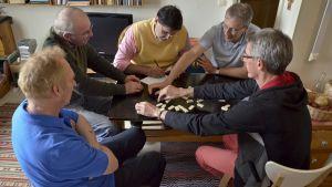 Pio, Bob, Benito, Steve och Adolfo spelar domino i Helsingfors