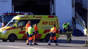 Rökdykare och ambulanspersonal vid Wasa Express.