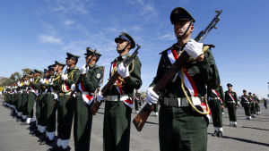 Jemenitisk militär i samband med begravning av offren för självmordsattack