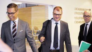 Alexander Stubb och Juha Sipilä på väg till Stora utskottets möte om Greklandspaketet 16.7.2015.