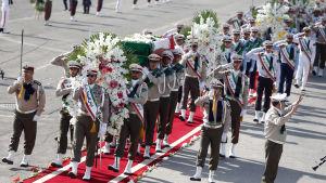 Ceremoni på flygplats i Teheran då iranska dödsoffer flögs hem efter Mecka-vallfärden 2015.