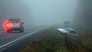 En personbil har åkt av vägen intill avtaget till Monå.
