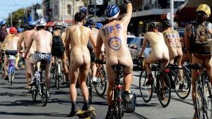 Cyklister genomför ett nakenjippo i Melbourne i Australien