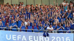 Isländska supportrar efter 2–1 mot England.