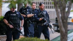 Polisen patrullerar i Dallas efter hotelser mot polishuset.