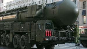 Ryska soldater förbereder Topol-M-missil inför en militärparad i Moskva i maj 2014.