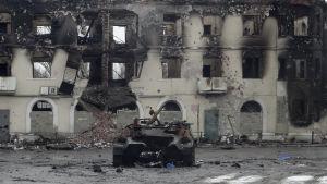 Pansarfordon som skadats under hårda strider i Ugletorsk nära Debaltseve 4.2.2015