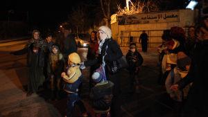 Kvinnor och barn i Madaya som fick lämna staden i samband med en hjälpsändning 11.1.2016
