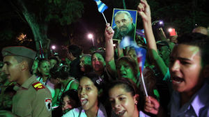 Unga och vuxna i Bayamo, östra Kuba, hyllar Castro då hans urna passerar 2.12.2016