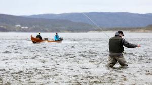 Miehiä kalastamassa Tenojoella