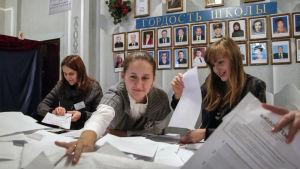 Medlemmar av en valnämnd räknar röster i en vallokal i Donetsk i östra Ukraina den 2 november.