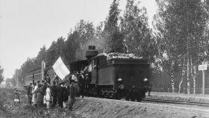 juna pysähtyy ensimmäistä kertaa Huumolan seisakkeella 1920-luvulla
