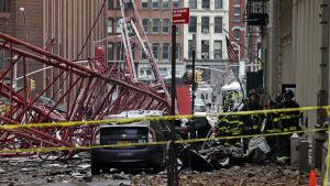 En person omkom och minst två skadades då en stor lyftkraf kollapsade i New York 5.2.2016.